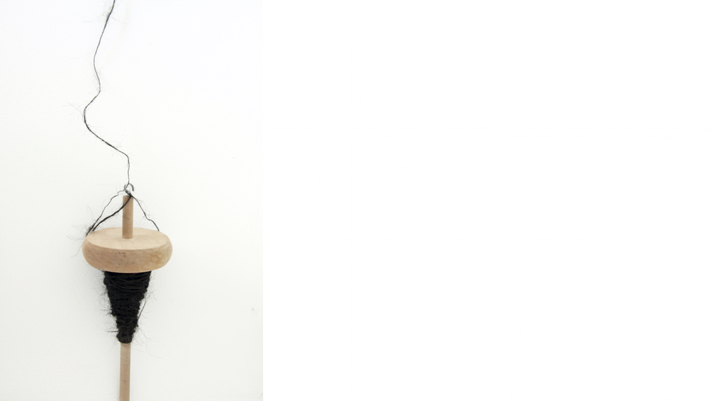 """1 Andara Shastika, """"The Black Widow in Me"""", Garn aus Rohwolle und Haare, 2013"""
