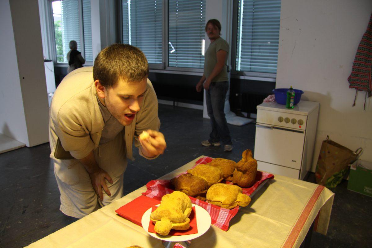 17  Michael Gärtner eating Amelie Jakubek, Handlungen, 2012